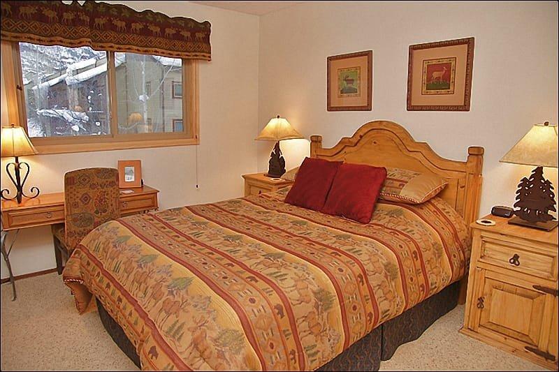 Mooi ingerichte slaapkamer - koningin, tv, uitzicht op bergen.