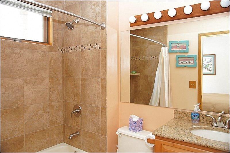 Travertijn, graniet in deze grote badkamer