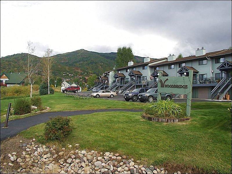 De Woodbridge rijtjeshuizen in de zomer, met het skigebied boven opdoemend.