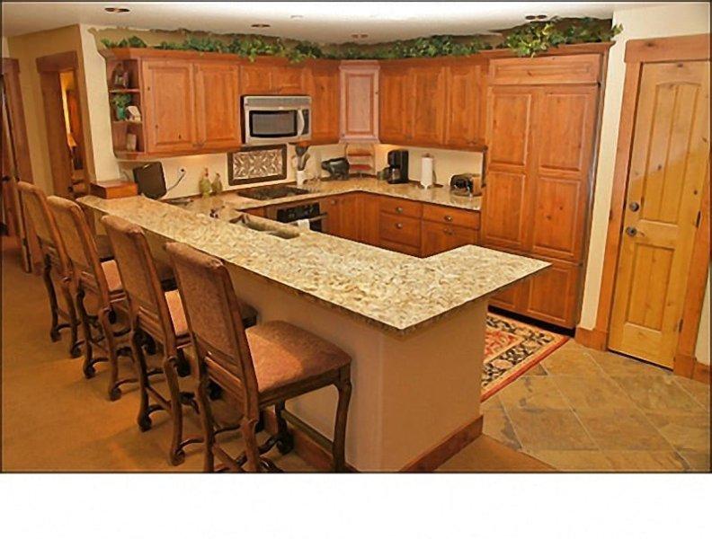 Large Custom Kitchen with Gas Range, HDTV, Breakfast Bar