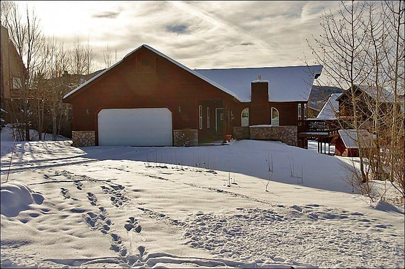 Buitenaanzicht van het huis in de winter.