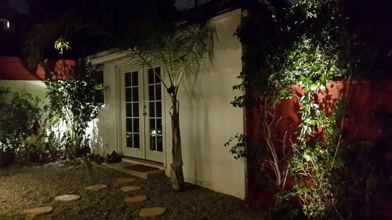 Entrada a la casa de huéspedes desde el jardín.