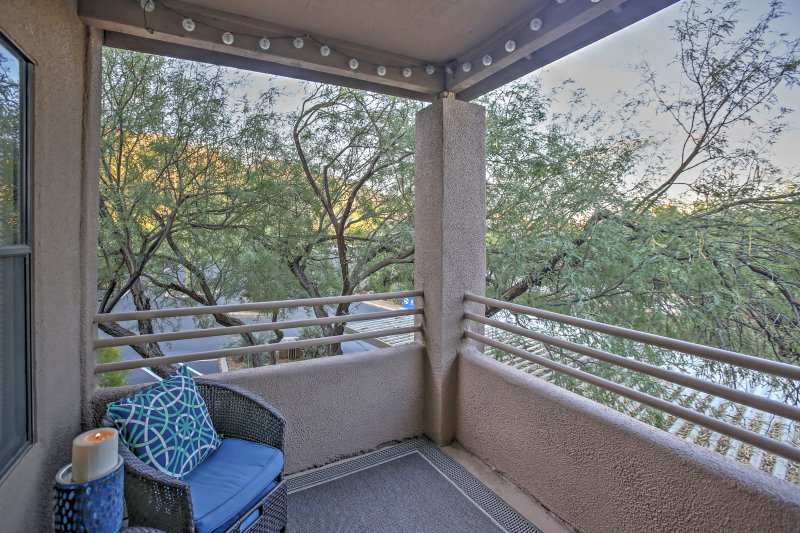 Pet-Friendly Tucson Condo w/ Shared Pool & Hot Tub, holiday rental in Tucson