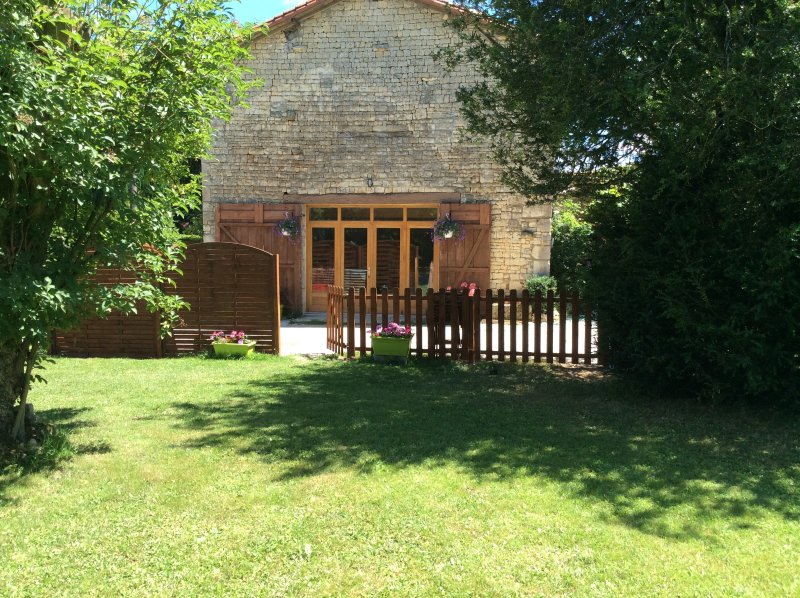 Orchard Common. 2 bedroom Gite in converted barn. – semesterbostad i Mansle