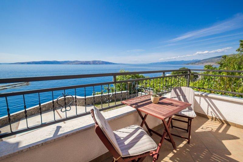 Villa Arca Adriatica Double room LUET with balcony, alquiler vacacional en Senj