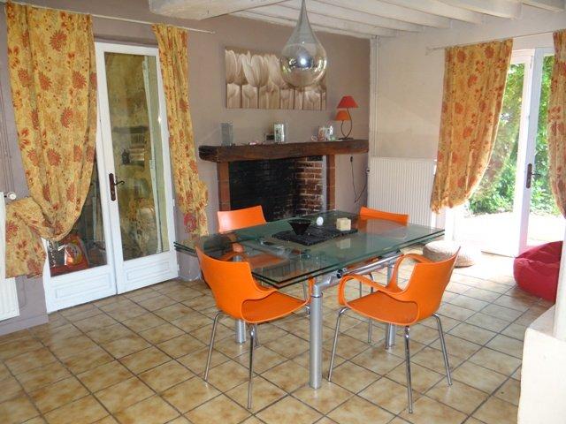 mesa de comedor con extensiones (10 personas) y chimenea, grandes ventanales