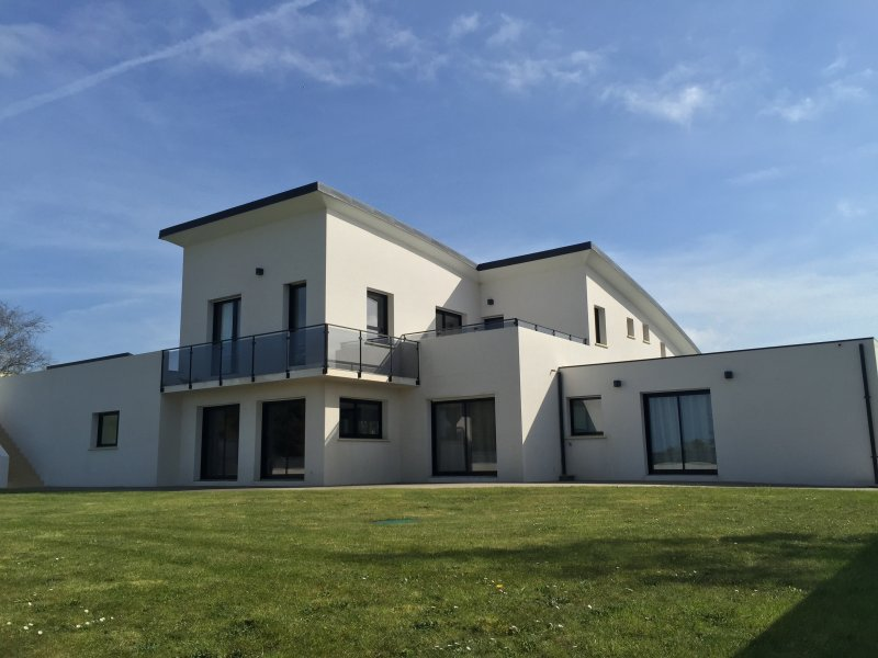 1600m2 garden with large terraces and close walls