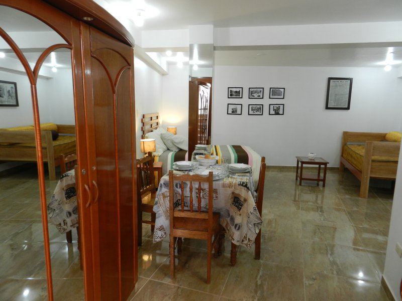 wardarobe, salle, lit double, un canapé-lit et une kitchenette