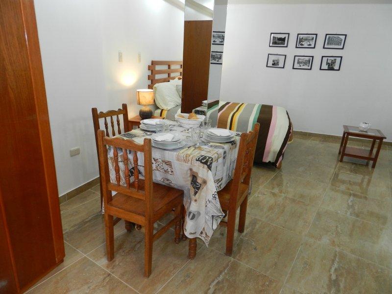 wardarobe, salle, lit double et une kitchenette