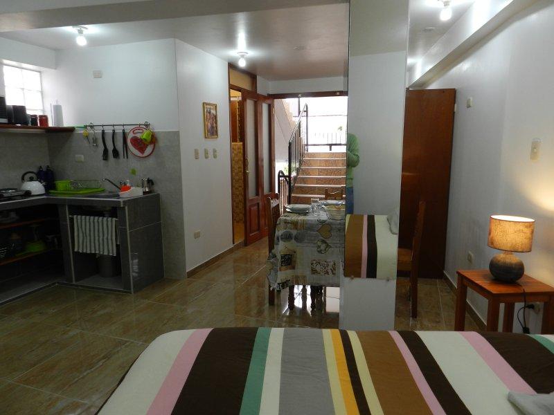 coin cuisine, salle à manger et un lit double