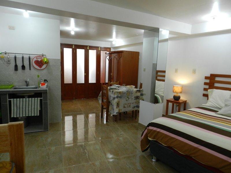 kitchenette, armoire, salle à manger et un lit double