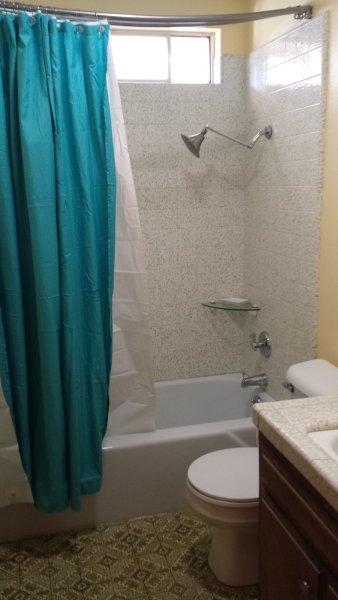 A casa de banho com duche / banheira
