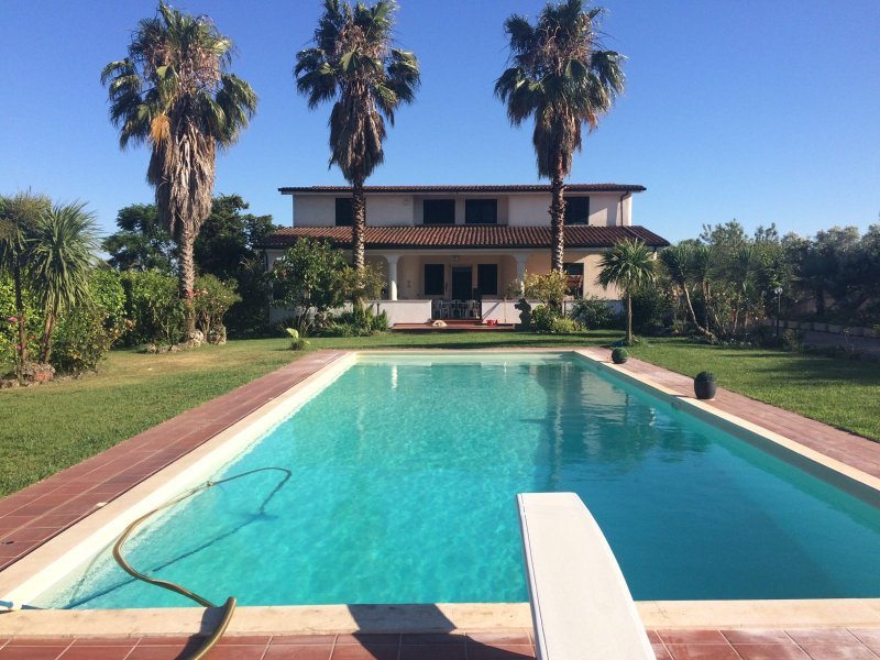 panoramic view Villa Le Rose with pool and garden