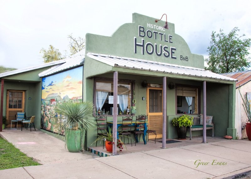 The Downtown Bottle House Bed & Breakfast is een luxe art gevuld 4 bed / 3 kamer woning - volledige privacy!