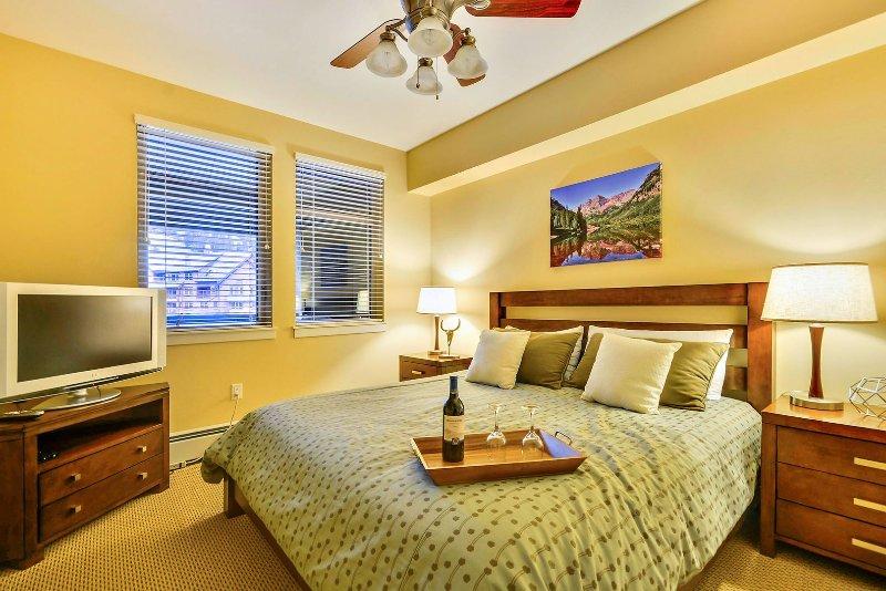 Grote slaapkamer met kingsize matras