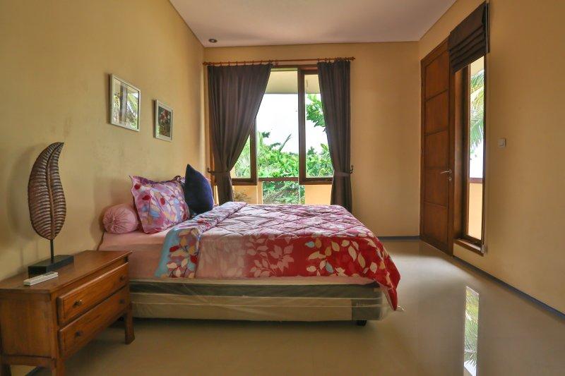Chambre 1, avec la taille 1 grand lit avec climatisation, ventilateur ceilling, balcon privé, froid et chaud watter bruyères