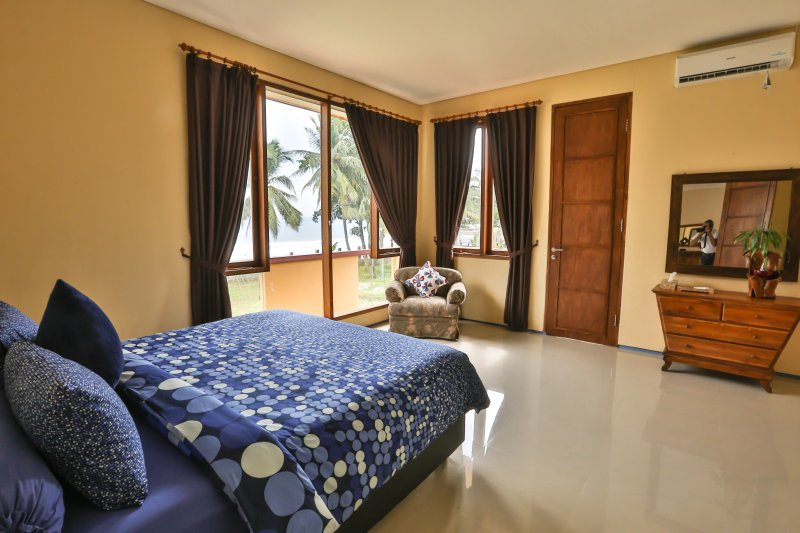 Chambre 2, avec la taille 1 grand lit avec climatisation, ventilateur ceilling, balcon privé, froid et chaud watter bruyères