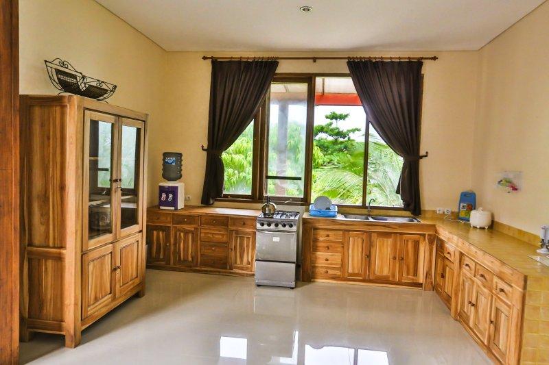 cuisine complated, vaste zone, cuisinière et four grill aussi bas escalier, cafetière, blander, cuiseur à riz