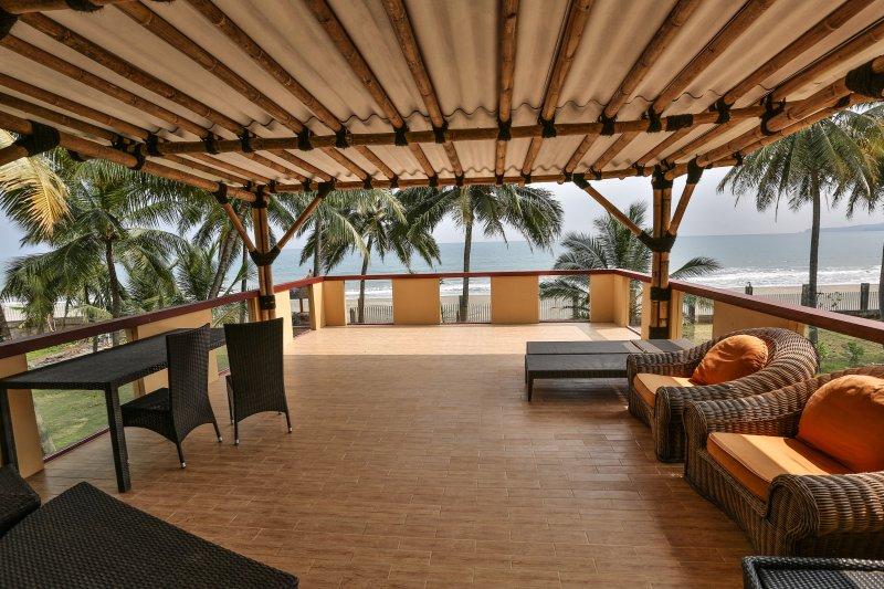 Balcon énorme avec front de mer vue beaucoup de mobilier de jardin