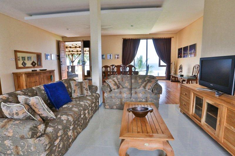 Salon, canapé avec TV satellite et Wifi gratuit