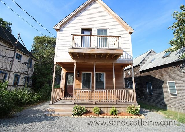 New Four Bedroom in-town Oak Bluffs Home, alquiler de vacaciones en Oak Bluffs
