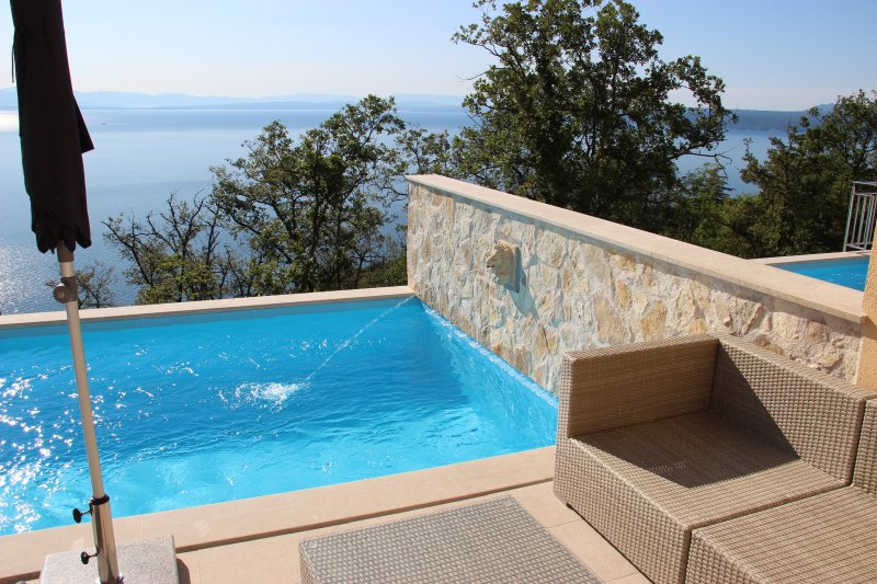 Villa Sabine/Romantische Ferienwohnung mit Pool, W-LAN, Meerblick, bei Opatija, holiday rental in Lovran