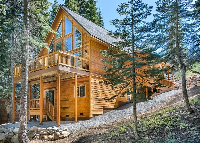Donner Delight - Stylish Cabin w/ Deck, Near Downtown, Slopes & Rec Center, holiday rental in Truckee
