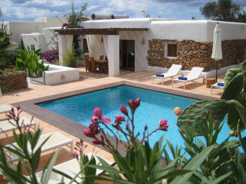 VILLA 12 people in a quiet area 1km from beaches, holiday rental in Cala Llonga
