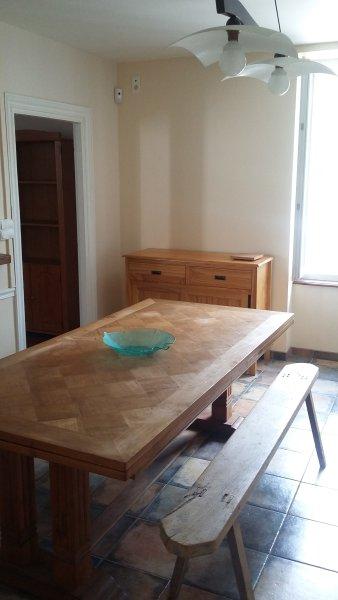 GRANDE CUISINE :TABLE ET BANC ET 4 CHAISES. VUE IMPRENABLE SUR LES MONTAGNES.Vous avez de la lumière