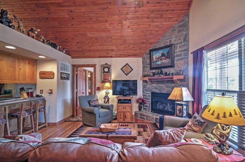 Branson Little Cedar Resort-Style Cabin w/ Porch!, location de vacances à Galena