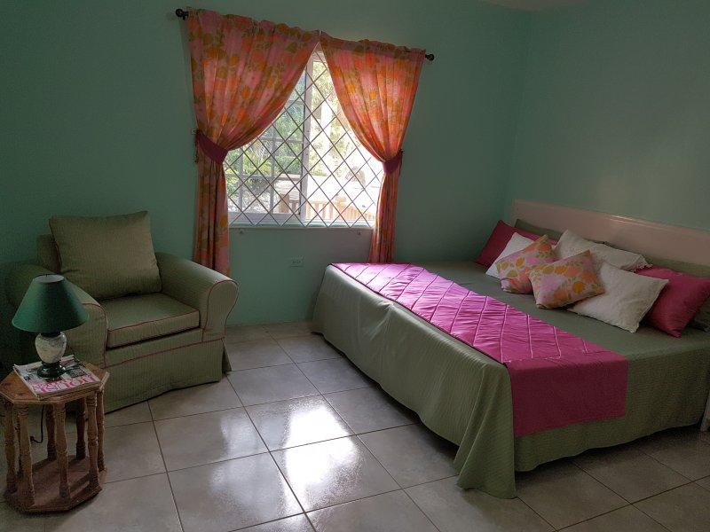 Comfort spaziosa camera da letto con bagno, 2 posti letto con divano. Ben illuminata, con A / C.