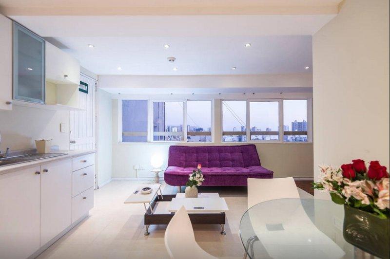 Cocina americana y salón. Dpto Loft 01 habitaciones con estilo minimalista closet y baño.
