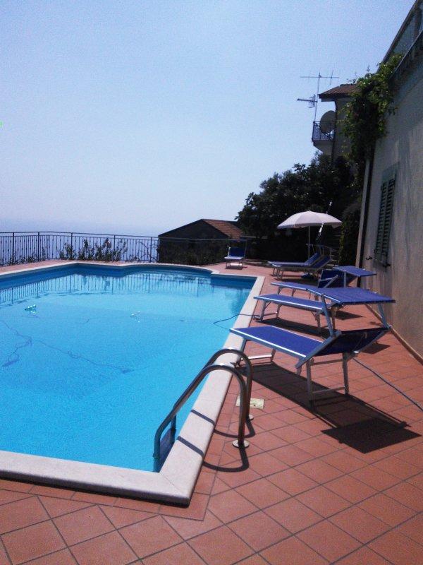 La piscine en été, face à l'est