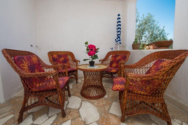 Terrasse avec table et chaises