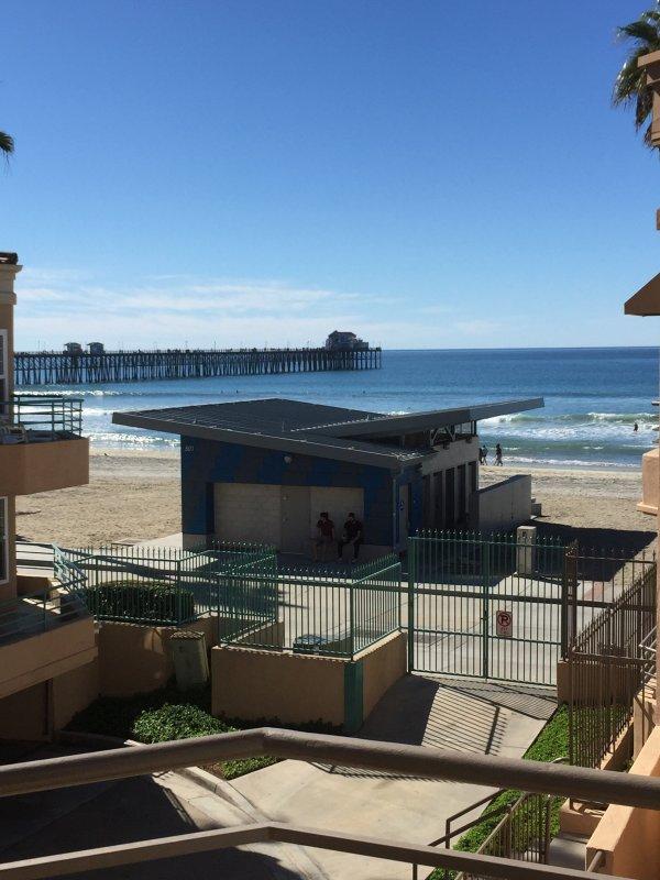 Uitzicht op strand en de Oceanside pier vanaf het balkon