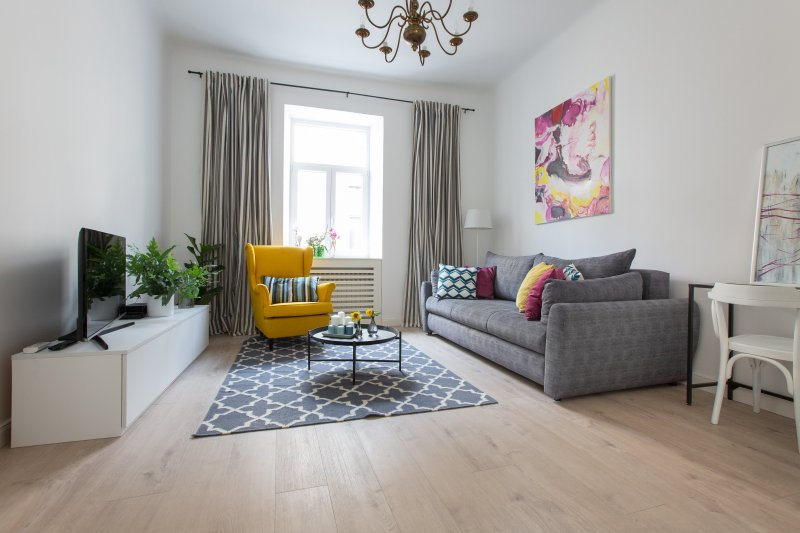 Salón con sofá acogedor y sofá.