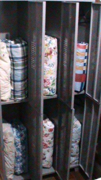 12 Einzelschränke mit Kleiderbügeln, Kissen und endredons. Jeder bringt seine Sperre