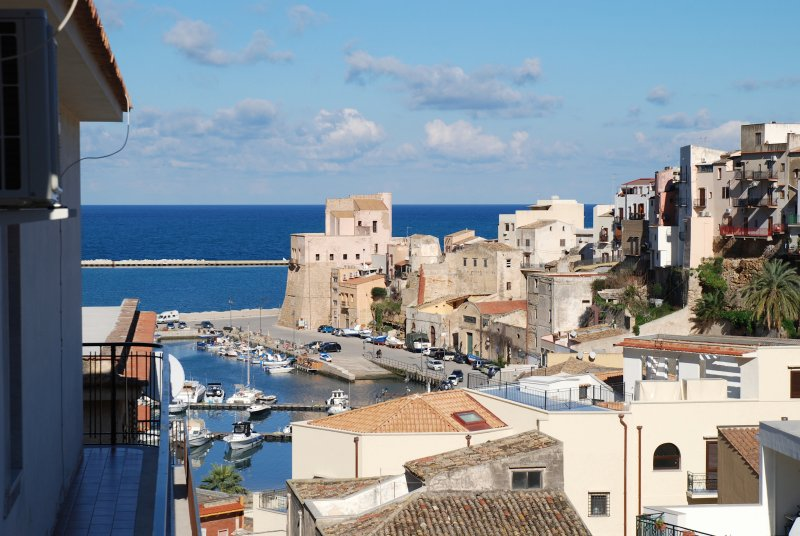 terrace and view on the castle in centre WiFi free, holiday rental in Castellammare del Golfo