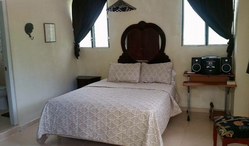 Aliyah, queen bed/private entrance/private bathroom/AC/TV/fan/minifridge/radio and access to kitchen