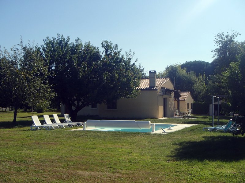 Private pool and fully enclosed large garden with access to the Dordogne river.