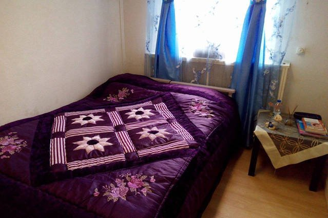 camera con due letti singoli che possono diventare un letto matrimoniale, se lo si desidera. C'è un comodino.