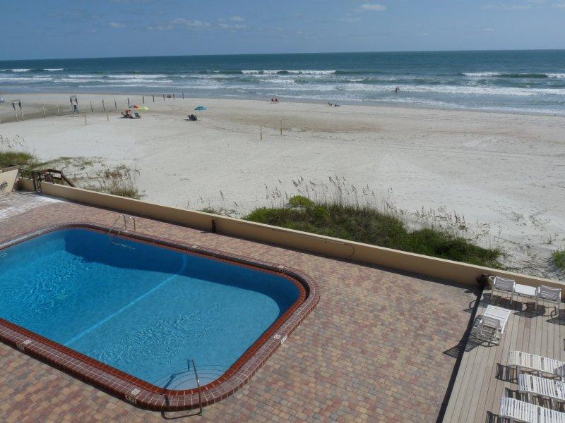 Vista de la piscina junto a la playa de 3ª Planta Unidad balcón frente al mar