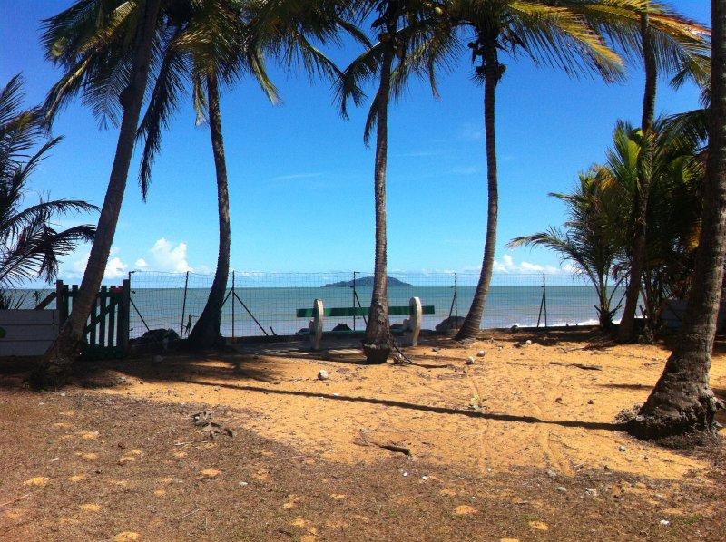 MAGNIFIQUE BUNGALOW MEUBLE PIEDS DANS L'EAU, location de vacances à Arrondissement of Cayenne