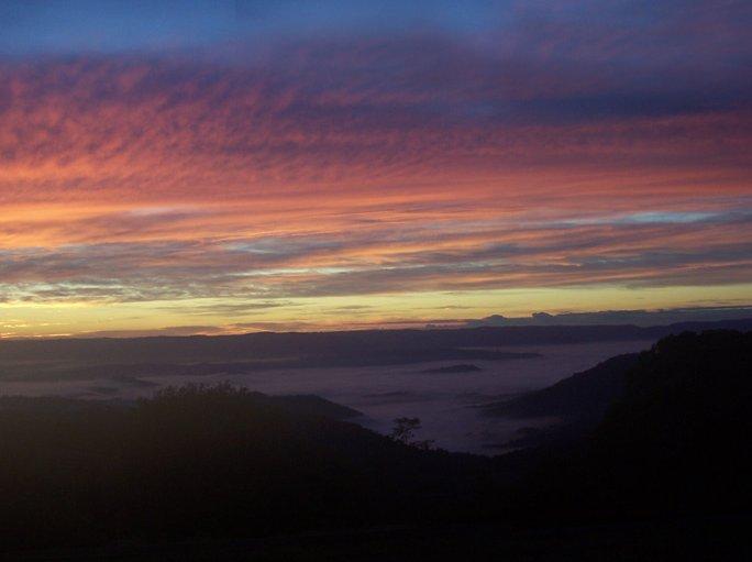 Un autre beau lever de soleil de brouillard dans les vallées