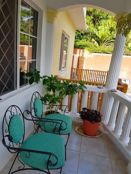 Vista del patio de madera adyacente. Zona es ideal para cenar al aire libre o relajarse al aire libre cuando su refrigerador
