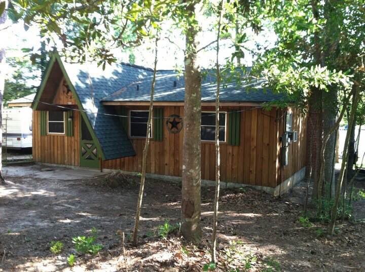 National Forest East TX Lake Ivanhoe Cedar Cabin +, holiday rental in Woodville