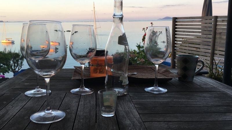 Final del día mirando a la decepción sol mientras se toma un vino rosado francés