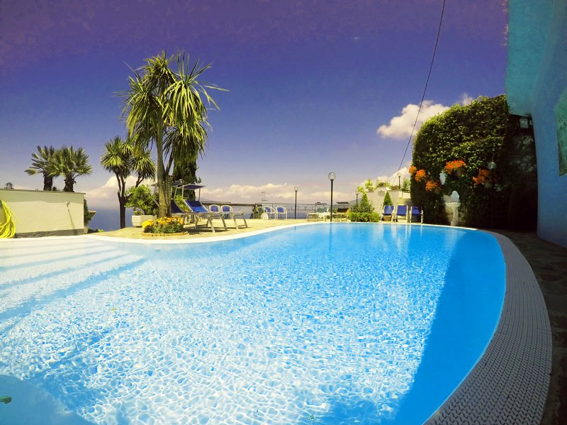 Villa Bianca Sorrento-Amalficoast-Private Pool-Amazing View-Gym-Terraces-Parking, holiday rental in Sorrento