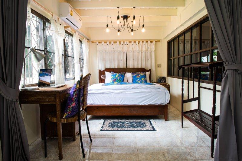 cama doble con mesa de trabajo