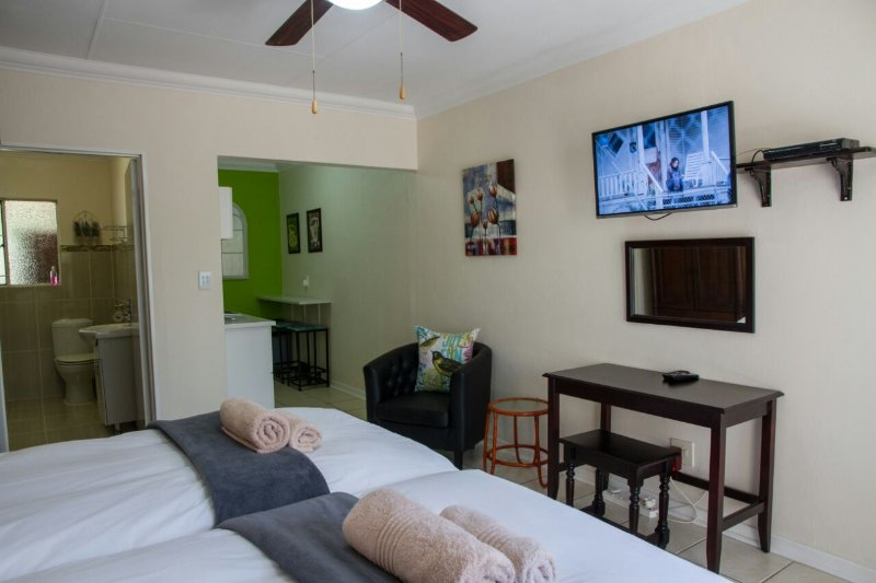 Full DSTV et WiFi gratuit Unit A Sunshine Self Catering